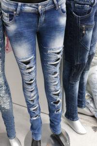 Schlagzeug spielen in Jeans