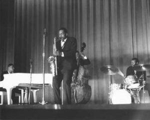 Jazz und Saxophon und Schlagzeug