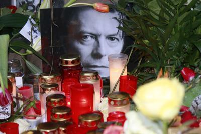 Kerzen, Blumen, Bilder: Trauer um den verstorbenen Rockstar David Bowie vor dem Haus in der Hauptstrasse in Berlin Schoeneberg, wo er waehrend der 70er Jahre mit Iggy Pop waehrend seiner kreativen Hochzeit wohnte, 12. Januar 2016, Berlin-Schoeneberg.