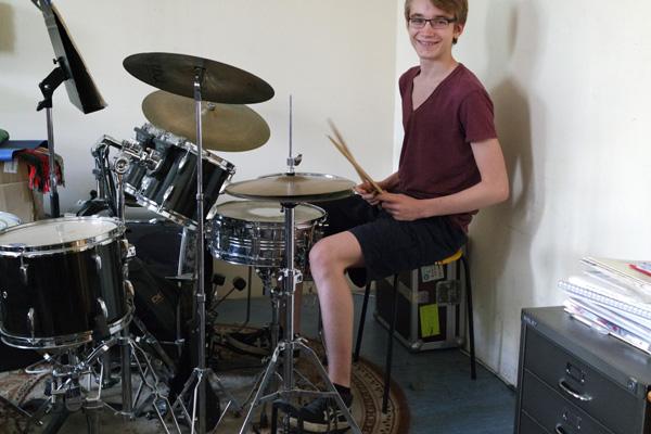 Hennes1 in Schlagzeug-Performance bei d-drums