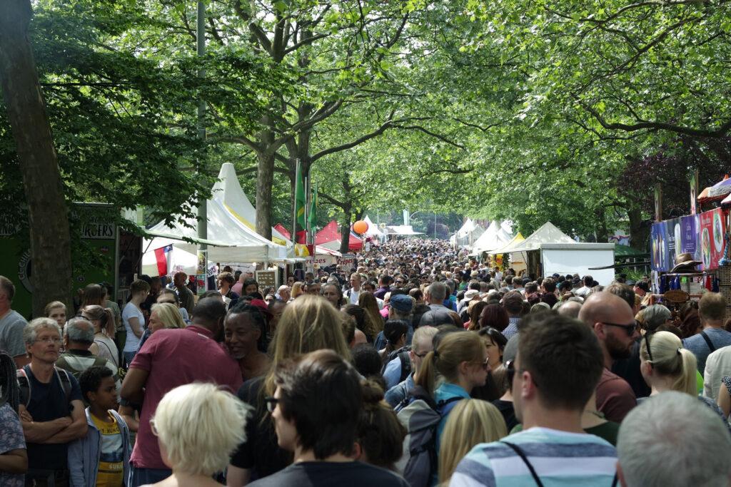 Leute6-kl-1024x683 in Karneval der Kulturen Berlin 2017